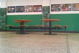 Konisch gedrehte Holzelemente der Sitzgruppe